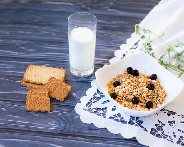 Wysuszyć zdrowe śniadanie ze szklanką mleka na stole