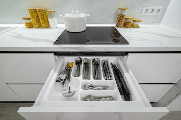 Wysuwane luksusowe biało-czarne nowoczesne szuflady kuchenne