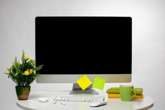 Wyświetlacz i różne urządzenia bezprzewodowe na stole
