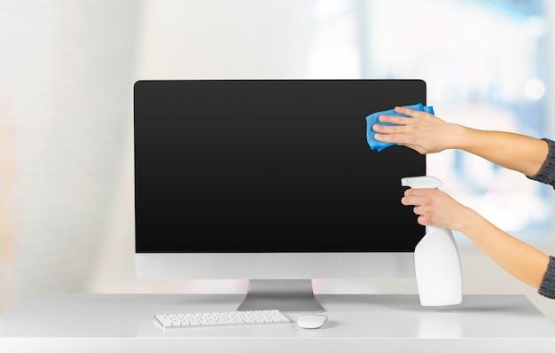 Wyświetlacz komputera w wnętrzu biurowym