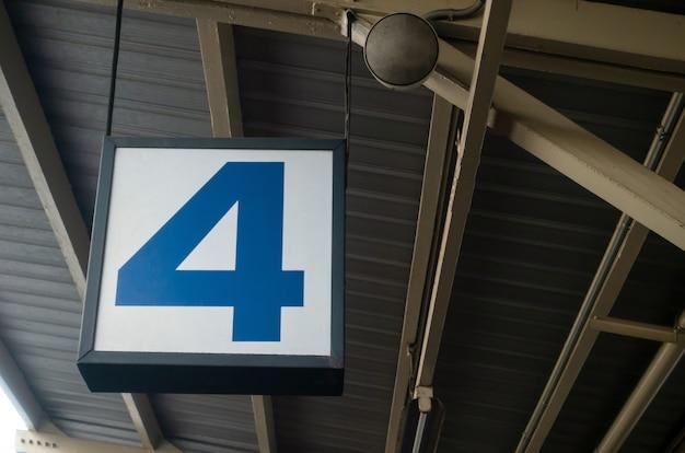 Wyświetlacz numer 4 na wiszącym billboardzie lub latarni na lotnisku lub stacji metra