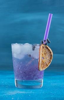 Wyświetlacz przetworzonego soku na niebieskim tle. wysokiej jakości zdjęcie