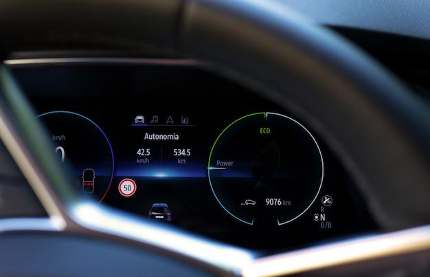 Wyświetlacz samochodu elektrycznego z informacjami na kierownicy