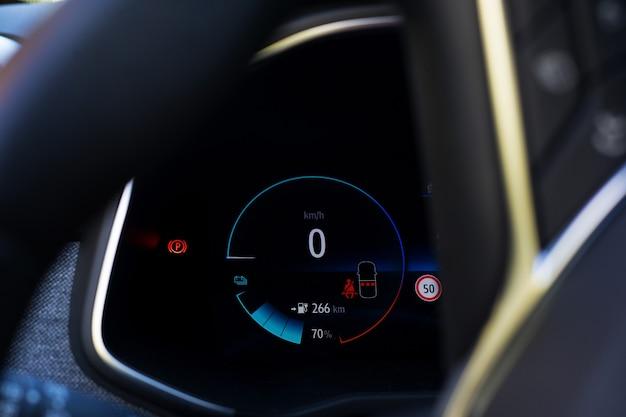Wyświetlacz samochodu elektrycznego ze wskaźnikiem naładowania akumulatora