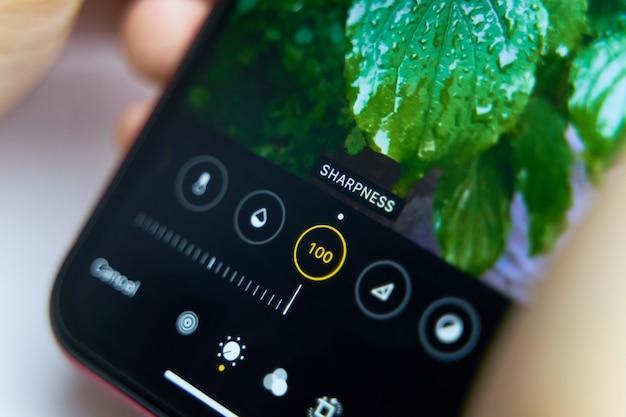 Wyświetlacz telefonu. zbliżenie smartphone z aplikacją fotograficzną na ekranie.