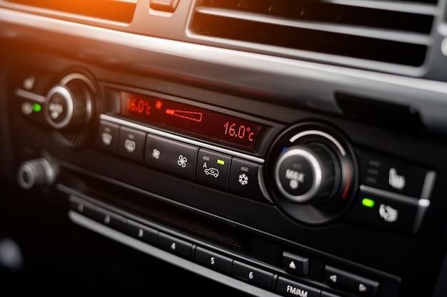 Wyświetlacz temperatury na panelu sterowania klimatyzacją samochodu