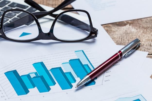 Wyświetlanie raportu biznesowego i finansowego. rachunkowość