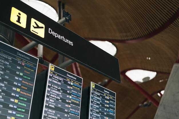 Wyświetlanie rozkładu jazdy na lotnisku