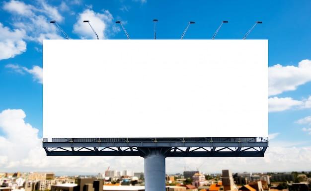 Wyświetlany jest duży biały pusty billboard lub biały plakat promocyjny