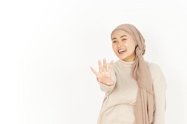 Wyświetlono cztery palce pięknej azjatyckiej kobiety noszącej hidżab na białym tle