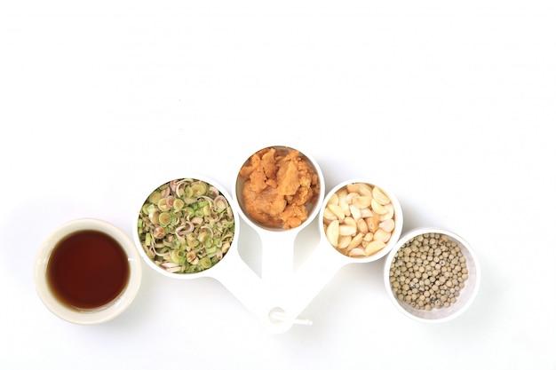 Wysycha chili, pieprz, trawę cytrynową, czosnek, cukier kokosowy i sos rybny