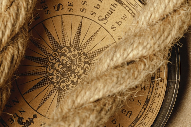 Wysyła arkanę i kompas na drewnianym
