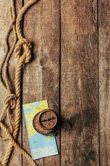Wysyła arkany i kompas na drewnianym tle