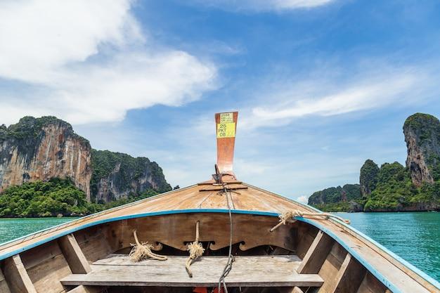 Wysyła nosa frontowego widoku długiego ogonu łódź przy morzem w railay, krabi, andaman morze, tajlandia