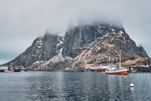 Wysyła w wiosce rybackiej hamnoy na lofotach w norwegii