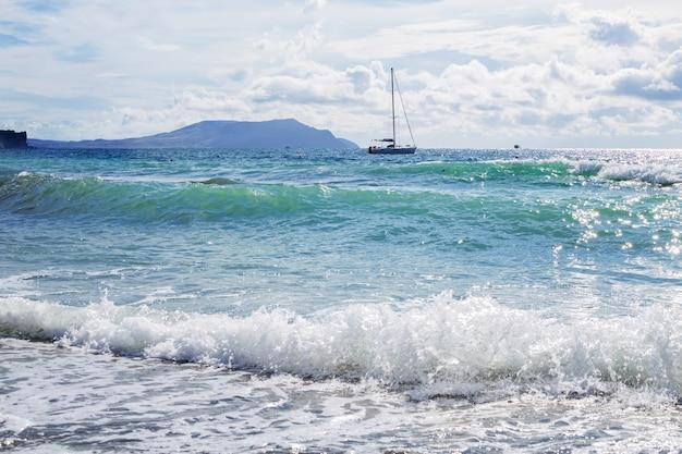 Wysyłaj jachty z białymi żaglami na morzu. luksusowe łodzie. zawodnik łodzi regat żeglarskich.