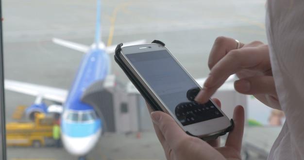 Wysyłanie wiadomości na telefon podczas oczekiwania na lot