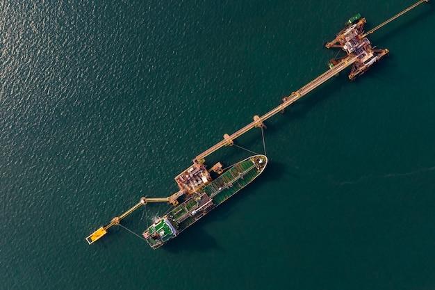 Wysyłka zbiornik oleju na zielonym morzu