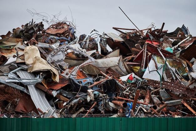 Wysypisko złomu metalowego do recyklingu. miasto wysypisko ogrodzone