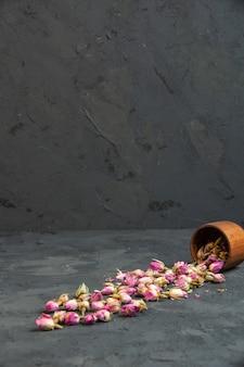 Wysypka z boku suszonych róż z naczynia