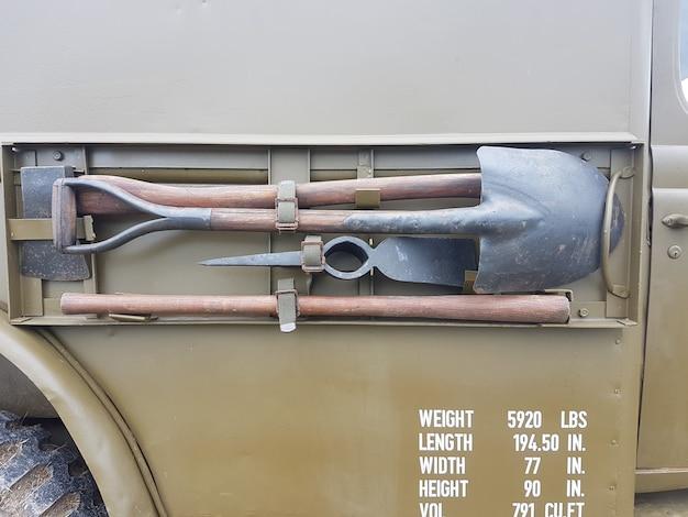 Wyszczególnia widok z boku pokazując wojskową ciężarówkę, opony, błotniki i koło zapasowe przechowywane na boku ciężarówki