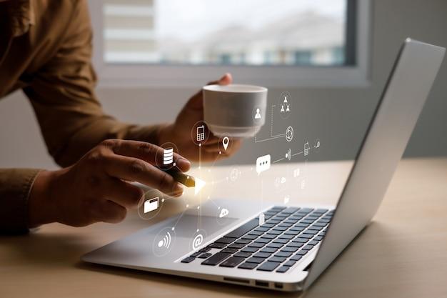 Wyszukaj biznesmena w internecie za pomocą funkcji wyszukiwanie przeglądanie internet rzeczy iot w wyszukiwaniu przeglądanie danych w internecie