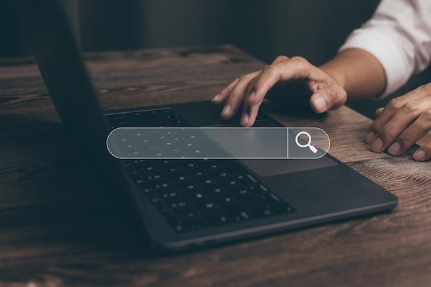 Wyszukiwanie informacji o przeglądaniu danych internetowych z pustym paskiem wyszukiwania