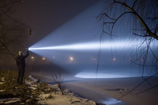 Wyszukiwanie na zewnątrz z latarką w nocy