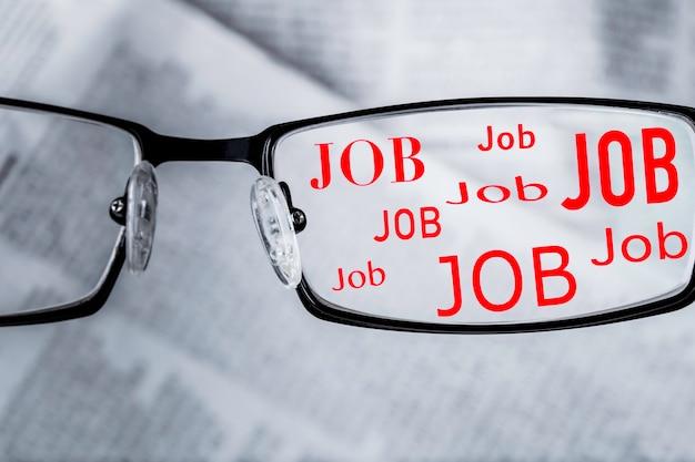 Wyszukiwanie pracy w gazecie przez okulary