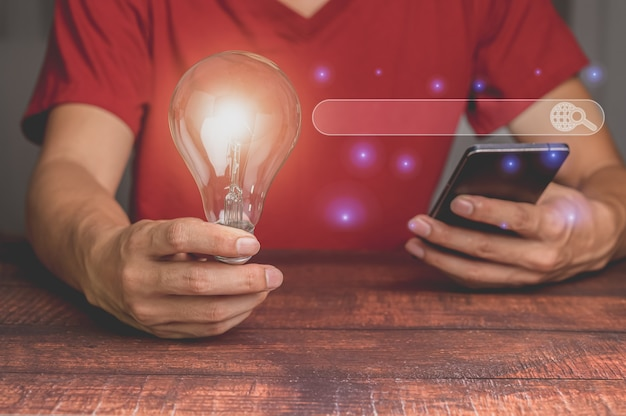 Wyszukiwanie przeglądania danych internetowych za pomocą smartfona pomysł na żarówkę