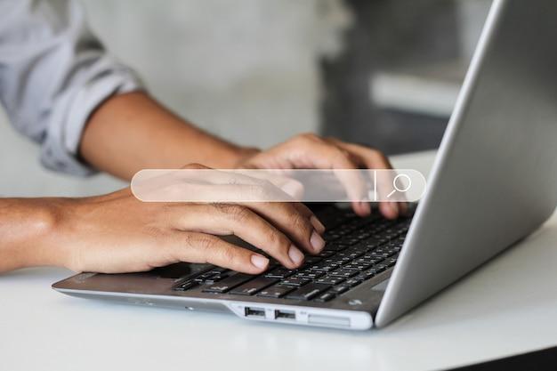 Wyszukiwanie przeglądanie internet data information networking concept. ręce mężczyzny używają notebooka do wyszukiwania informacji.
