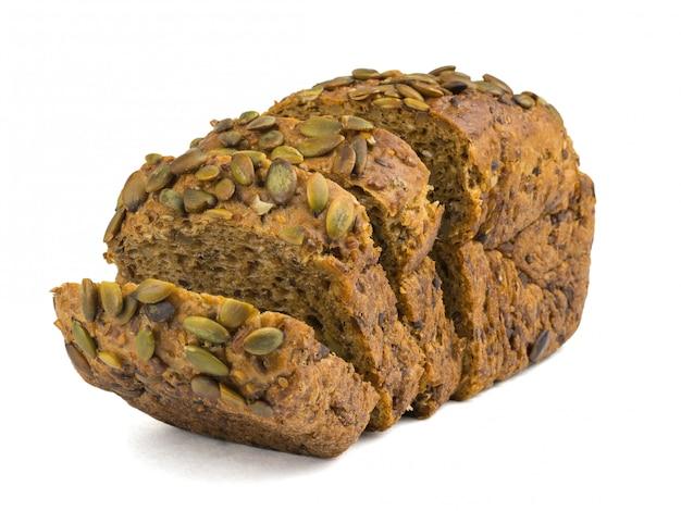 Wytnij bochenek chleba z mąki pszennej z pestkami dyni i orzechami na białym tle