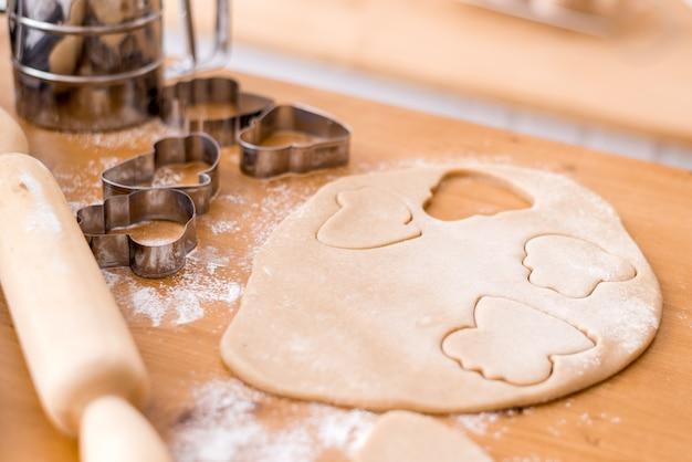Wytnij ciasteczka z foremek do ciasta