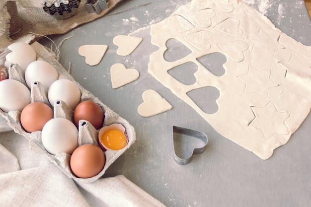 Wytnij ciasto w kształcie serca i gwiazdek