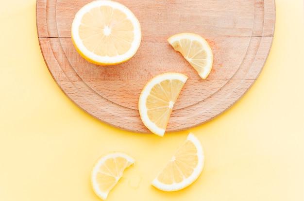 Wytnij cytrynę na drewnianej tablicy
