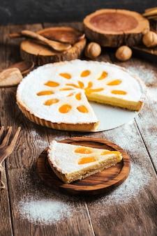 Wytnij kawałek słodkiego, morelowego ciasta twarogowego
