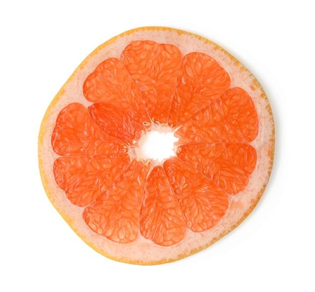 Wytnij okrągły kawałek grejpfruta na białym tle na białym tle, widok z góry