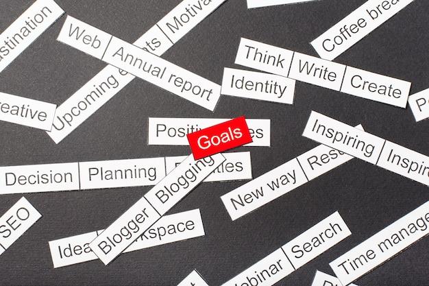 Wytnij papierowe cele z napisami wycięte z papieru otoczone innymi napisami