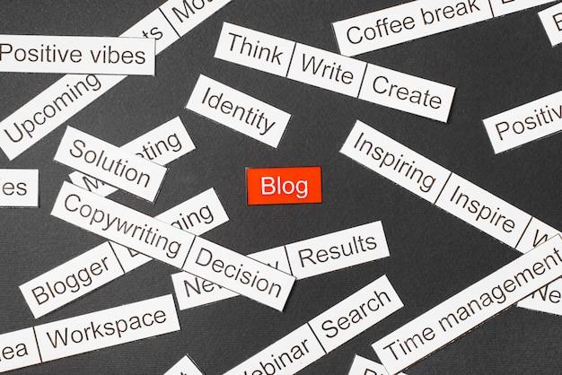Wytnij papierowy blog z napisami na czerwonym tle, otoczony innymi napisami na ciemnym tle. chmura słów