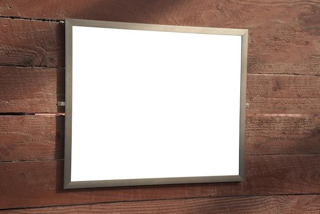 Wytnij pustą plakatową ramkę na ścianę z drewna.
