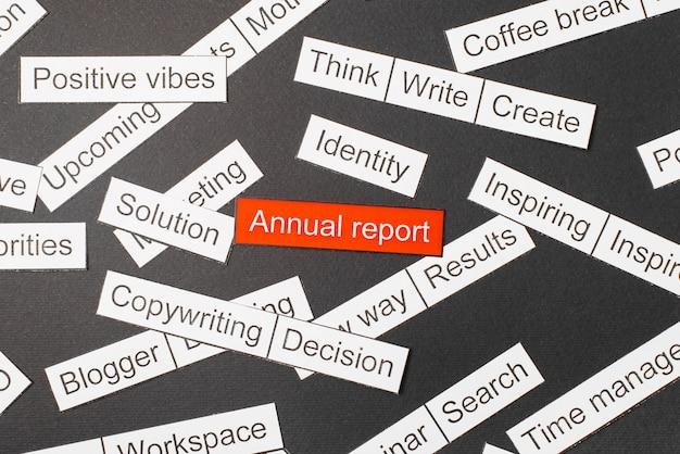 Wytnij roczny raport z napisami na czerwonym tle, otoczony innymi napisami