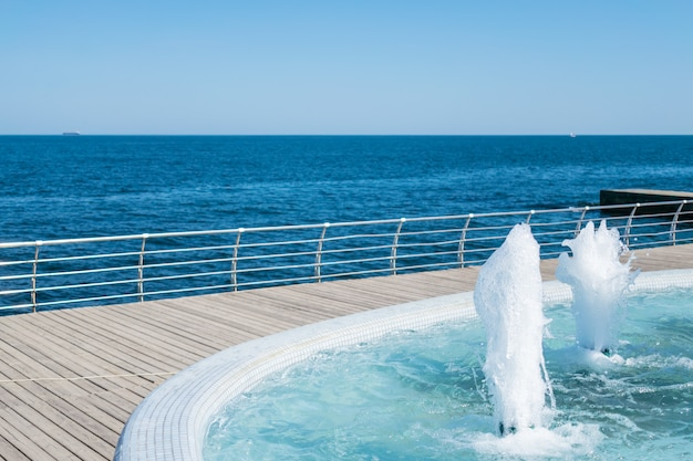 Wytrysk wody z fontanny. splash i pianka wody