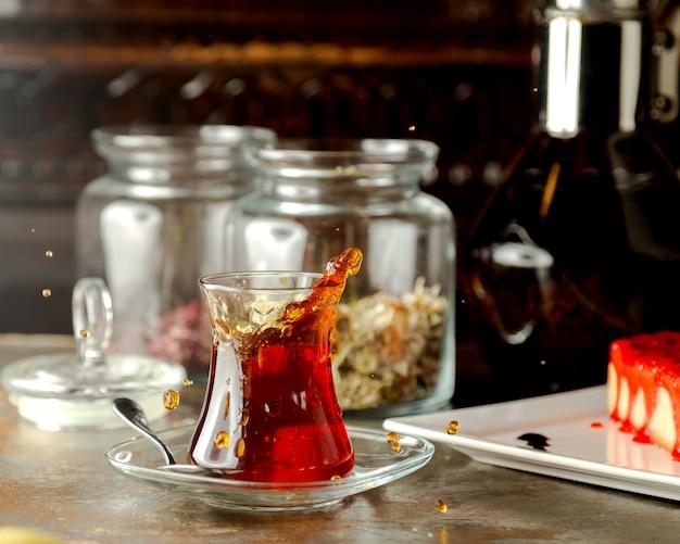 Wytrząsana czarna herbata w tradycyjnym azerskim kieliszku w kształcie gruszki