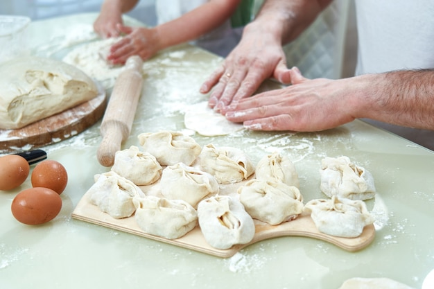 Wytwarzanie narodowego pożywienia uzbeckiego zwanego manta