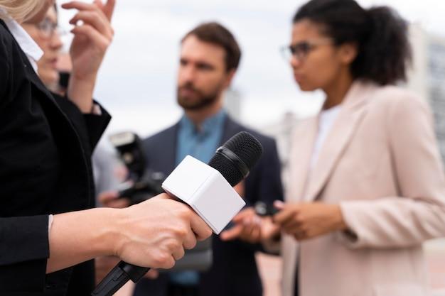 Wywiad dziennikarski dla wiadomości w plenerze