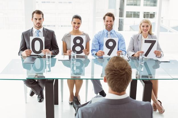 Wywiad panel trzyma wynik karty w biurze