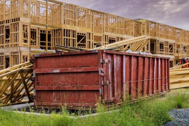 Wywóz śmieci kontener załadowany śmietnik budowlany remont domu budynek