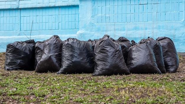 Wywóz śmieci na ulicach miasta. worki na śmieci. sezonowe sprzątanie ulic miast