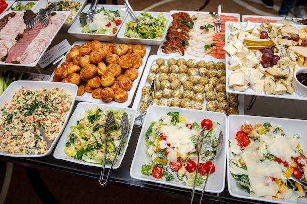 Wyżywienie kateringowe. przekąski na stole bankietowym