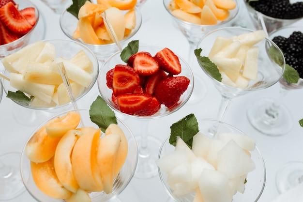 Wyżywienie koktajli z owocami na stole